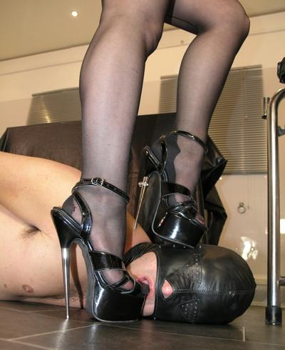 Фут-фетиш раб целует туфли Госпожи